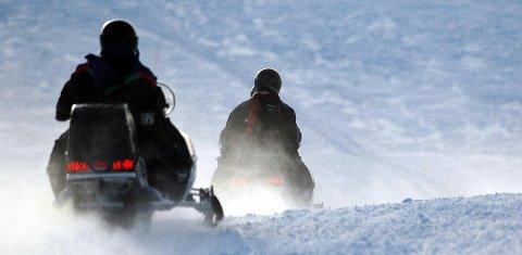 DYR SNØSCOOTERTUR: Det ble dyrt for den unge mannen i begynnelsen av 20-årene som ble tatt for snøscooterkjøring utenfor løypene i april ifjor. Bildet er et illustrasjonsfoto, og snøscooterne på bildet har ingen tilknytning til saken.
