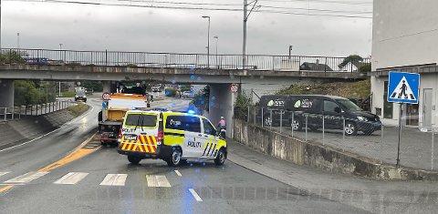 En lastebil kjørte seg fredag morgen fast under jernbanebroa i Nærbø sentrum.