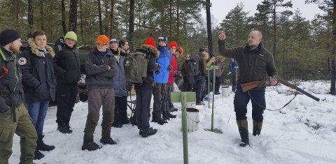 Sikkerhet: Frode G. Hermansen (til høyre), én av de to i jakt- og fiskelaget som har ledet vinterens populære kurs, understreker at sikkerhet alltid er i fokus. Foto: André Rivelsrud