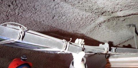SPJELKET: Kabelstigen har flere steder fått store skader etter montering av PE-skum i Kvalsundtunnelen. Bildet viser knekt kabelstige som er spjelket med armeringsjern og tau.