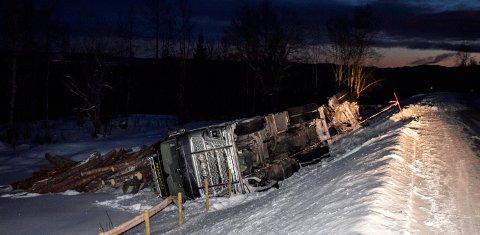 VELTET: En fullastet tømmerbil med henger veltet i ettermiddag på Fylkesveg 114 ved Paulsrud i Vestre Toten.