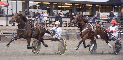 Hans Chr. Holm forsøkte å få teten med Strong Pepper (2), men måtte ned i dødens for Golden Dream M.E. Dermed ble det et tungt løp for Bøverbru-hesten.