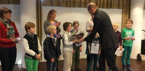Vinnere: Miljøagentene mottar prisen fra ordfører Ola Nordal             foto: Solveig Wessel