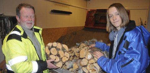 FAKKEL-PAKKING: Steinar Munkhaugen får  god hjelp av barnebarnet Sondre til å pakke bjørkefakler til Femundløpet.