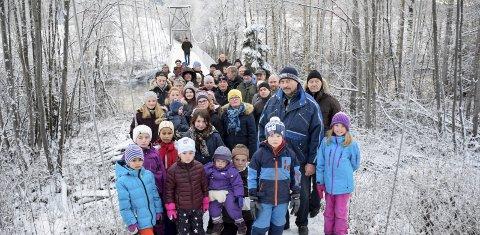 Lokalbefolkningen stilte opp for hengebrua på Borglund da planene om riving ble kjent i november i fjor.