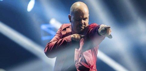 SCENEVANT SELV: Thomas Borgvang har selv stått på scenen mange ganger med gruppa Reset som slo igjennom på 90-tallet. Nå lar han andre stjerner fra fortida skinne. -Jeg tror vi fortsatt vil søke oss til musikkmimrefester om 30 år. Selv om musikken gjennom tidene forandrer seg, kan man aldri erstatte liveopplevelsen.FOTO: Eivind Von Dølen
