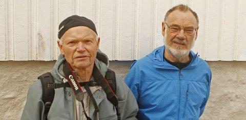 Per Vågen (t.v.) var en av de siste fyrvokterne på Runde, mens Harald Jarl Runde nå har samlet fyrets 250-årige historie mellom to permer.