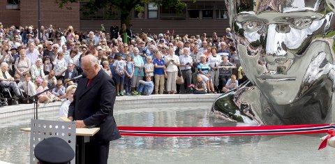 Kong Olav: Kong Harald avduket Genesis-statuen i 2016. Statuen symboliserer kong Olav, senere gift med Astrid.foto: Tobias Nordli