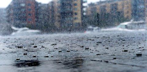 FRAM MED PARAPLYEN: Det er sendt ut farevarsler for kraftige regnbyger Østafjells tirsdag kveld og onsdag. Foto: Kirvil Håberg