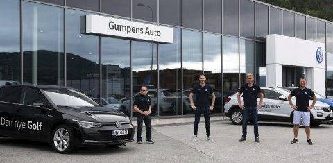 50 BILER: Selgerne hos Gumpens Auto Notodden har hatt en travel sommer. Tore Jakob Hegni (fra venstre), Pål Folserås, Gregar Høydal og Lars Henry Selbo-Dahle har solgt 50 nye biler på en måned.