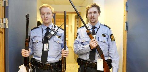 Du kan nå levere inn ulovlige våpen uten å risikere straff for ulovlig våpenbesittelse. Sindre Fremstad (til venstre) og Eirik Andersen ved politistasjonen i Kristiansund, viser fram innleverte våpen. Foto: Tore Dyrnes