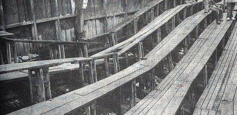 KNAKK: Tretribunen på Tønsberg gressbane knakk da Eik storspilte mot topplaget Vålerenga i eliteserien 22. mai 1983. Til alt hell ble ingen skadet av hendelsen.