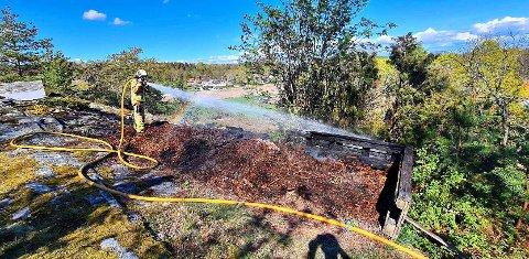 BRANN I KOMPOST: Brannmannskapene fikk raskt kontroll på brannen. Den skal ha blitt startet av varm aske som var helt på komposten.