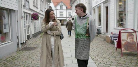 Motebransjen: Jenny Skavlan er en av Norges største moteinfluencere, og i sitt nye program «Avkledd» besøker hun blant annet Pål Mikael i Tvedestrand. Første program i NRK-serien                  vises mandag 24. februar.  Flere ungdommer fra vårt område deltar i serien.Foto: NRK