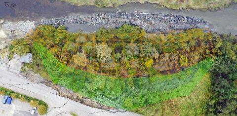 SIKRESPÅNYÅRET:Dronebildet av skredgropa på Li. oransje nettverk, lengst ut mot elva, viser hvor det skal sprøytes kalksement ned i grunnen, mens grønt nettverk viser hvor det til slutt skal legges ei motfylling.