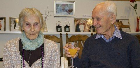 STØRST AV ALT: Kjærleiken mellom Anna og Bjarne er stor, og Bjarne er ofte på besøk på Såtabu. Her tek dei ein skål medan dei ventar på dei første jazztonane. ALLE foto: sigrun haugsdal reknes
