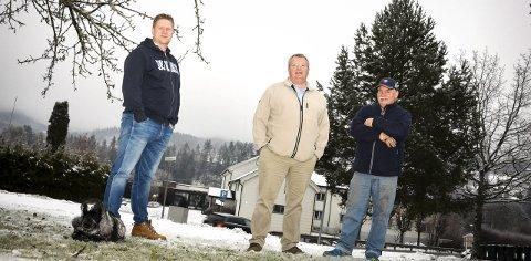 SKUFFET: Bjørn Henrik Solheim (f.v.) Ole Håvard Olsen og Oddvar Hansen er naboer til Sevaldstunet. De synes det er lite passende med et asylmottak i et område med barneskole og boligfelt.