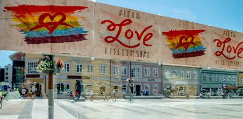 Alt er Love i Fredrikstad: En slik plakat kan du hente deg gratis hos oss på Stortorvet aller hverdager mellom kl. 10 og 13 i sommer.