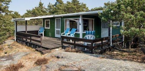 Siljeholmen: På øya er det to hytter i samme prissjikt til salgs. Denne hytta er lagt ut for 2,5 millioner kroner.