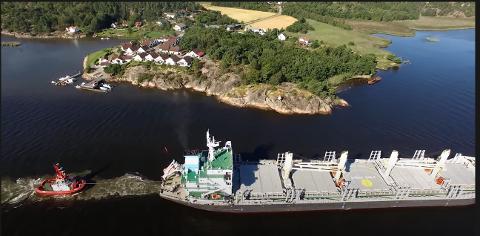 Her ser vi hvordan et skip på vei til Borg Havn virvler opp mudder fra sjøbunnen. Det trengs mudring raskt. Foto: Borg Havn