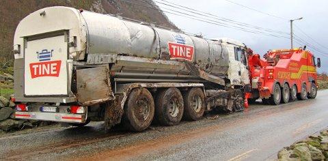 I løpet av dagen ble melkebilen fraktet bort av Viking.