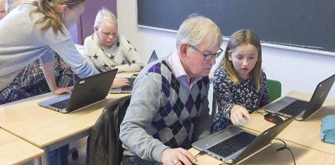 LÆRTE DATA: Slik så det ut da elever ved Prestebakke skole lærte opp eldre seniormedlemmer i Idd og Enningdalen historielag. Foto: Privat