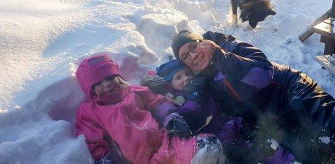 FULL RULLE FRA VÅREN: Helga Cecilie Kårdal Andreassen (38) her sammen med barna Luna Kårdal Johansen (8) og Tom-Erwin Kårdal Johansen (6), skal etter planen stelle mange graver fra våren av. Hun skal starte en egen bedrift som satser på gravstell.