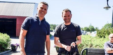 BLE HEDRET: Thomas Lybekk (t.h.) ble hedret av direktør Dag Eirik Thomassen for 25 år i Cipax.