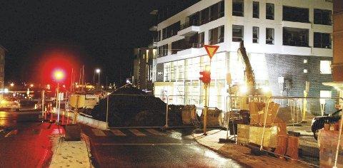 Kveldsjobbing: Ny vann- og kloakkledning skal på plass i gata utenfor det nye biblioteket. Begge foto: Pål Nordby