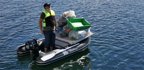 Birger Haftor Nilsen med marint avfall som skal over i «Sailaway».
