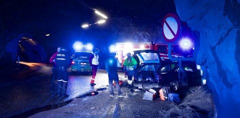 Alle nødetatene rykket ut etter meldingen om ulykken i tunellanlegget fredag kveld. Foto: Ola Solvang