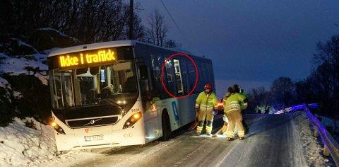 Her står bussen etter å ha kjørt av veien. Foto: Leif-Morten Olaussen