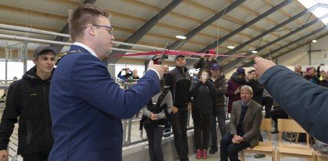 SNORKLIPPING: Fylkesordfører Even Aleksander Hagen fikk æren av å forestå den offisielle åpningen av skolens nye, flotte undervisningsfjøs.foto: Henning Gulbrandsen