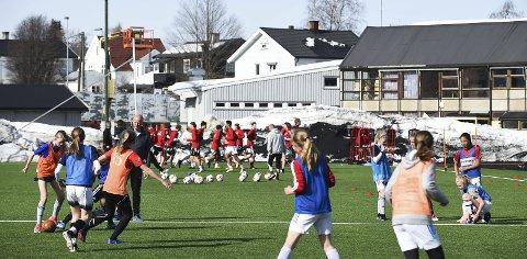 Gummigranulater fra kunstgressbaner er den nest største kilden til utslipp av mikroplast i Norge. Nå foreslår Miljødirektoratet en ny forskrift som de mener kan redusere utslippene med opptil 98 prosent. Her et bilde fra en trening på Gjøvik stadion.