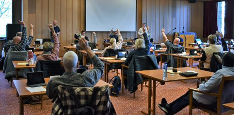 AVSTEMNING: Kommunestyret i Vestre Toten stemmer over om Raufoss Fotball skal få utvidet lånegaranti. De som stemte imot avga stemmetegne ved å rekke opp hånda.