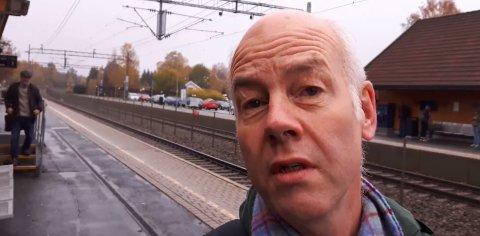 LAGDE VIDEO OM INNSTILTE TOG: Bruce Rolstad Denby fra Ås vil gjerne sette søkelyset på tilbudet til VY, med en glimt i øyet.