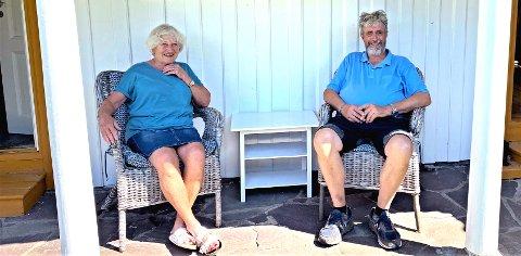 Marianne og Per Brun har bygd seg hus på Hvasser og bor der nå. Her er de utenfor den gamle hytta.