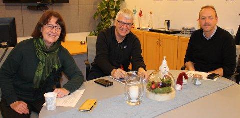 Disse tre politikerne har makta i Bamble kommune. Gro Grenager i SV, ordfører Hallgeir Kjeldal, Ap, og Torstein Dahl, Sp, representerer posisjonen som fikk flertall i Bamble kommunestyre for alle sine budsjettforslag.