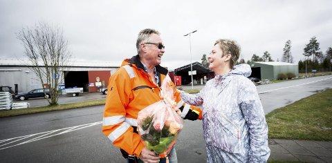 Månedens rose: Marianne Meyer ble så fornøyd med hjelpen hun fikk hos Øras, at hun skrev en «Dagens Rose»- takkehilsen. Den belønnet vi med en ekte rosebukett, som hun kunne overrekke til Øras ved driftssjef Arild Snekkerhaugen.Foto: Lisbeth Andresen