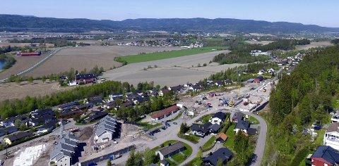 Bygges ut: Fra dette området hvor Skafjellgrenda nå har kommet opp, og bort til den videregående skolen i Sande, ligger et stort område som nå skal reguleres.