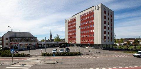 JERBANEBLOKKA. Den ni etasjer høye bygningen fra midten av 60-tallet fikk ny eier for tre år siden. Nå er den til salgs igjen.