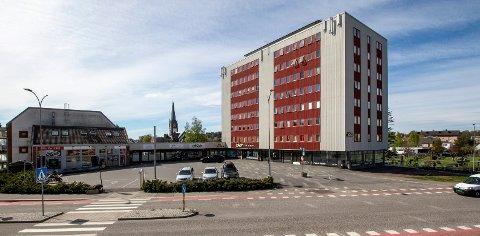 JERNBANEBLOKKA: Halvparten av de 58 leilighetene er blitt renovert i de tre årene Bjarøy Bolig AS har eid den.
