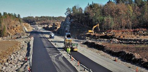 Her, på nye E18 mellom Tvedestrand og Arendal, skal biler kunne kjøre i 120 kilometer i timen, hvis det åpnes for det. Nye Veier AS bygger nemlig «framtidsrettede veier».