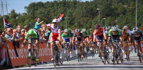 PÅVIRKER VEIER: Alexander Kristoff (jublende midt i bildet) og resten av sykkelsirkuset kommer til regionen denne helgen. Det påvirker både buss og vei.