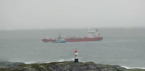 Taubåten «Vivax» bistår tankbåten «Christina» ved Bud onsdag ettermiddag.