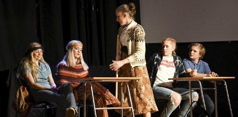 For 50 år siden: Bestemoren (Tuva Dalen Aarstad) til hovedpersonen Petter, og hennes venninne (Ingrid Soursa Lier) fremstår litt hippie på Lyngmyr skole i 1967, og læreren (Karoline Songe Heggeland) er svært misfornøyd. T.h. Lisa (Helena Granerud) og Petter (Erlend Carlsen) som blir sjokkert på sin tidsreise.   Foto: Øystein K. Darbo