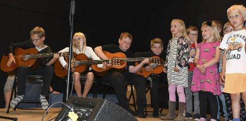 Samarbeid: 5. klassingene, som har lært noen grep på gitaren dette skoleåret, akkompagnerte 1. og 2. klassingene, mens de sang «Lille kattepus». Foto: Øystein K. Darbo