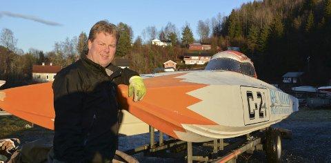 Landemerke: Denne båten skal løftes høyt til værs på Grenstøl. Jan Trygve Braaten skal gjøre jobben med å pusse ned båten og lakkere den sort.Foto: Frode Gustavsen