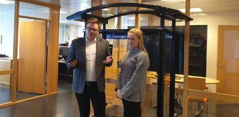 Fylkesordfører Even Aleksander Hagen og Thale Andersen fra Opplandstrafikk