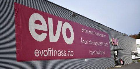 KALLER SEG BEST: Evo på Hegnasletta har denne banneren hengende på bygget.